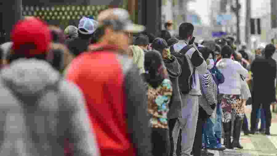 Beneficiados de auxílio emergencial poderão realizar saques hoje em algumas agências da Caixa Econômica Federal - Dudu Contursi/UAI Foto/Folhapress