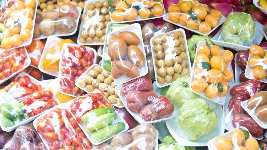 Projeto desenvolvido por pesquisadores poderá substituir embalagens de plástico usadas em alimentos por opção sustentável - Getty Images/iStockphoto