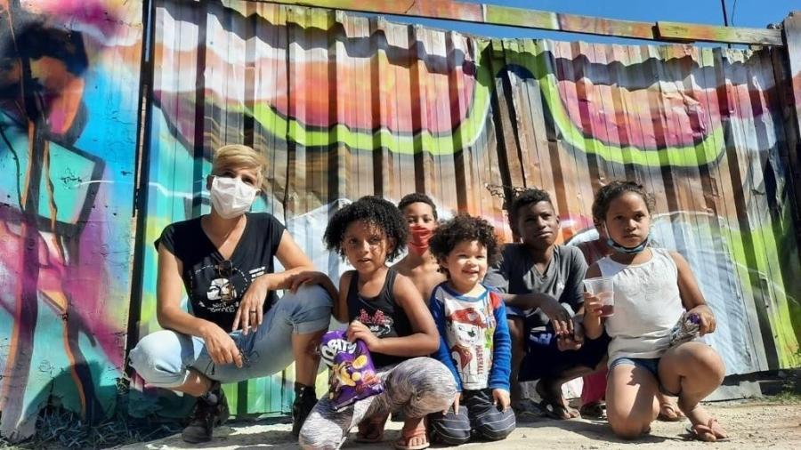 A professora Simone Rego reuniu ex-alunos e amigos e começou ação para ajudar favela incendiada - Arquivo Pessoal Simone Rego