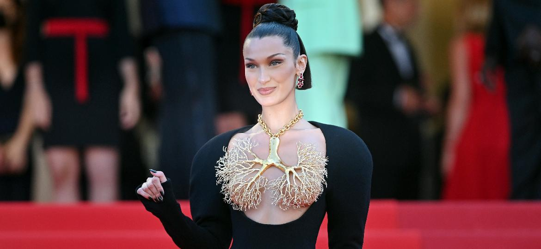 Bella Hadid vestindo colar da Schiaparelli para o tapete vermelho do Festival de Cannes - Getty Images