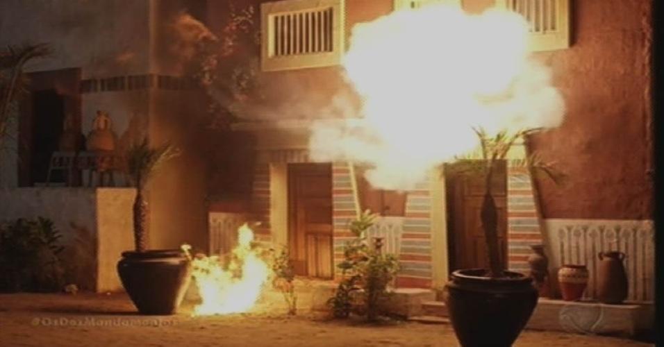 """8.out.2015 - Bolas de fogo destroem a rua dos negócios durante a setima praga enviada pelo Deus dos hebreus em """"Os Dez Mandamentos"""""""