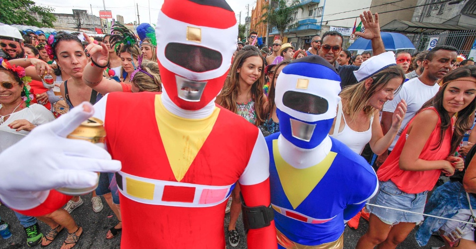 Muitos foliões foram fantasiados de Power Rangers mesmo com as altas temperaturas da cidade