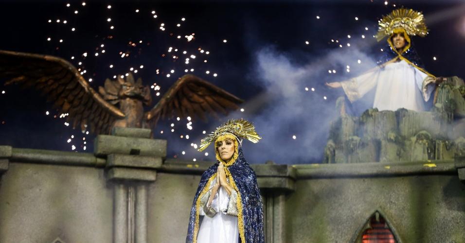 """6.fev.2016 - Com o enredo """"Ave-Maria Cheia de Faces"""", a Águia de Ouro desfilou com um carro com integrantes vestidas de santas na primeira noite do Carnaval de SP"""