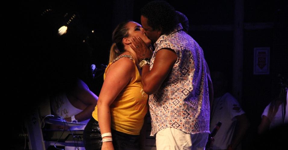 6.fev.2016 - Durante o show do É o Tchan, Compadre Washington surpreende uma fã que foi convidada para dançar no palco ao lhe dar um beijão na boca