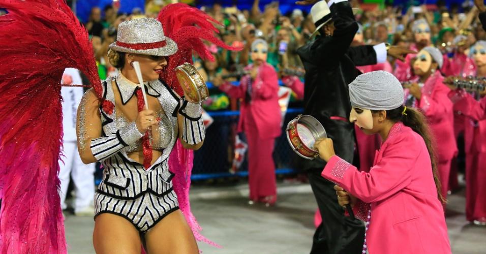 8.fev.2016 - A rainha Viviane Araújo interage com as Genis da bateria Furiosa do Salgueiro