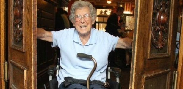 """Mesmo em uma cadeira de rodas, Norma não se abate: """"Estou muito bem"""" - facebook.com/DrivingMissNorma"""