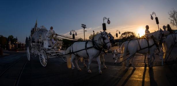 """As noivas chegam de carruagem ao local do casamento na Disney - Divulgação/Disney""""s Fairy Tale Weddings"""