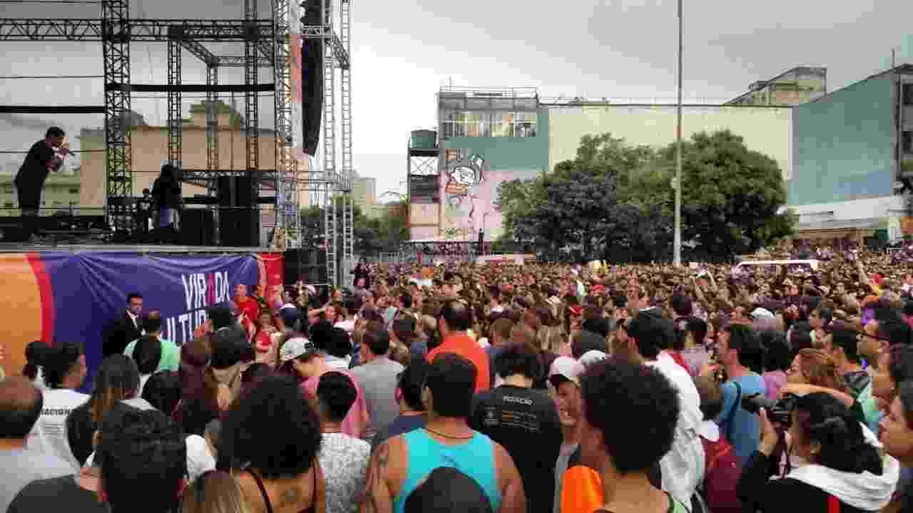 22.mai.2016 - Uma das atrações mais aguardadas da Virada Cultural, o cantor e rapper Criolo agitou o público no segundo show do palco Júlio Prestes, em São Paulo - Tiago Dias/UOL
