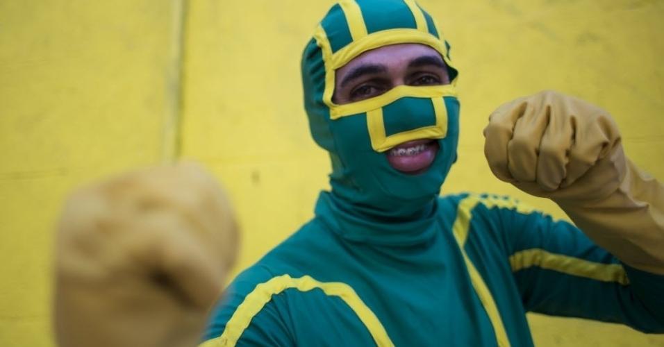12.fev.2012 - Foliões investem em fantasias de baixo custo e fazem sucesso no bloco Volta, Alice, em Laranjeiras, no Rio de Janeiro