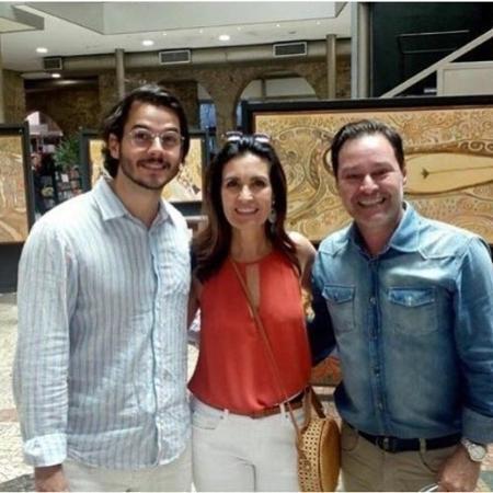 Fátima e Túlio não se importaram com o assédio e atenderam os pedidos dos fãs para fotos em Recife - Reprodução/Instagram/@narizdetomada