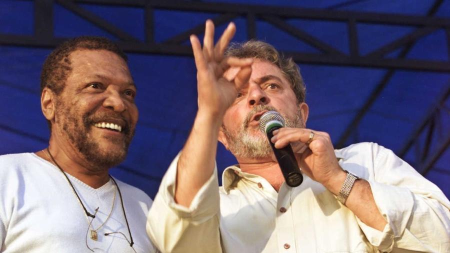 O cantor Martinho da Vila participa de comício de Lula em Santo André (SP) em 2002, durante a campanha que levou Luiz Inácio Lula da Silva à presidência do Brasil pela primeira vez - Eduardo Knapp - 1.maio.2002/Folhapress