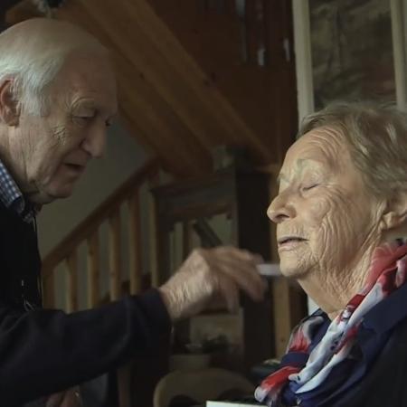 Des, de 84 anos, maquiando a esposa, Mona - Facebook