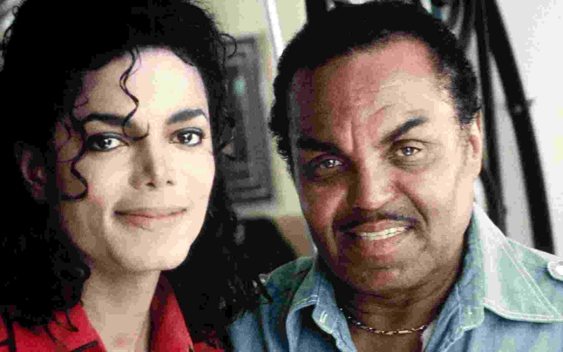 """Já conhecido como Rei do Pop, Michael Jackson posa com o pai na época de lançamento do disco """"Bad"""", em 1989 - Divulgação"""