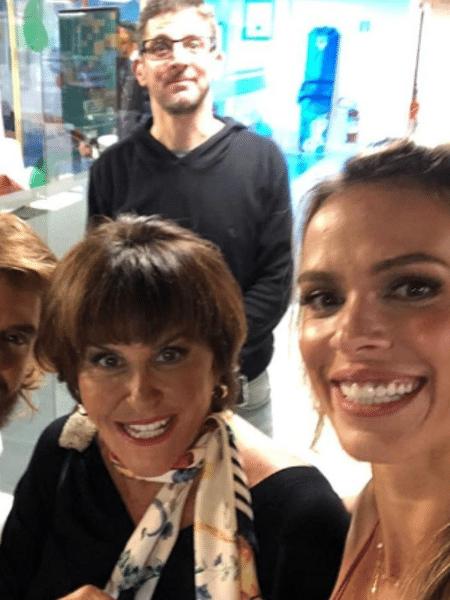 Marcia Fernandes entre os apresentadores Lígia Mendes e Franklin David. Ao fundo, Ricardo de Barros - Reprodução/Instagram