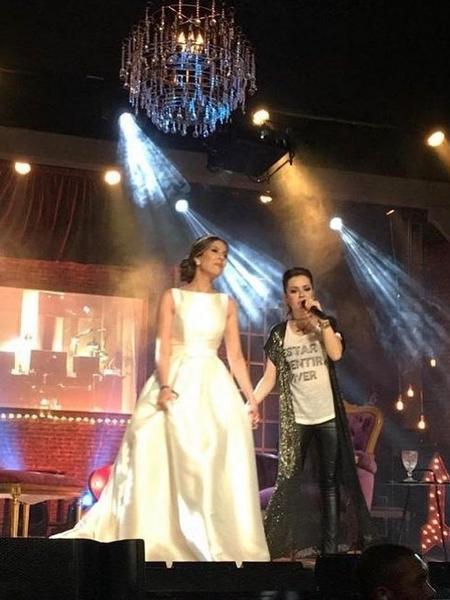 Sandy canta ao lado de fã vestida de noiva - Reprodução/Instagram
