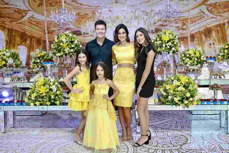 Rodrigo Faro e Vera Viel posam com as filhas Clara, Maria e a aniversariante Helena, que completou 6 anos - Manuela Scarpa/Brazil News
