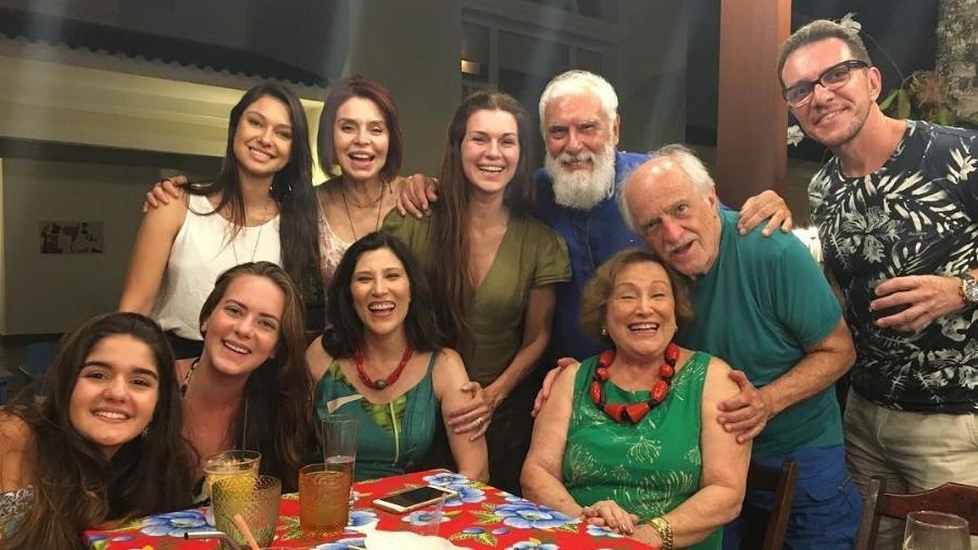Nicette Bruno posa com a filha, Beth Goulart, e convidados de sua festa de aniversário surpresa - Reprodução/Instagram/bethgoulartoficial