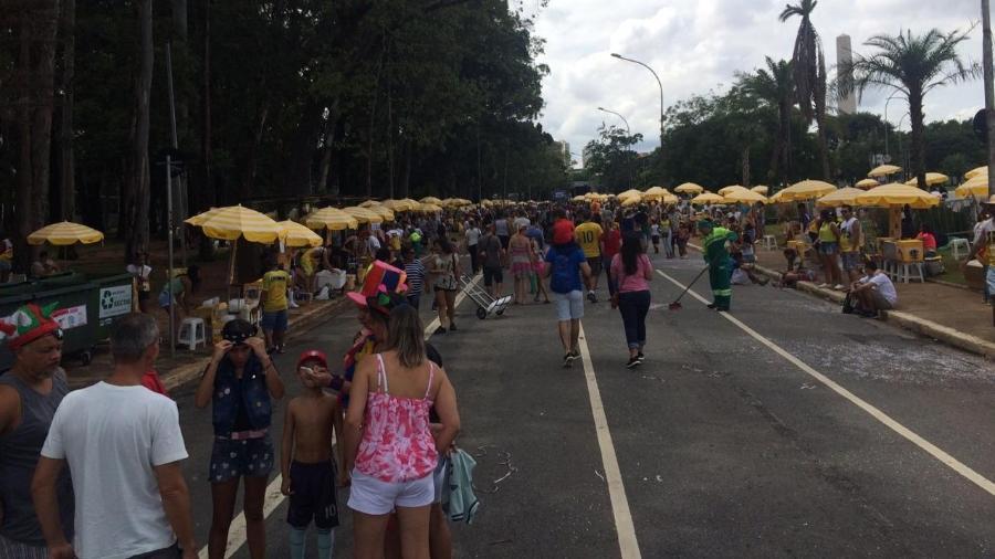 Crianças e adultos vão até o Ibirapuera para bloco de Carlinhos Brown que nunca existiu - Aiuri Rebello/UOL