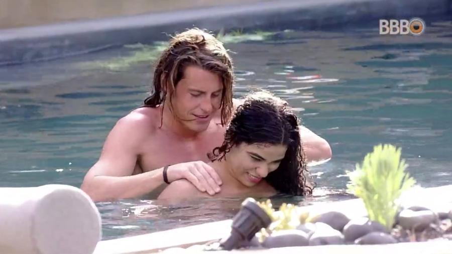 Alberto faz massagem em Elana na piscina  - Reprodução/GloboPlay