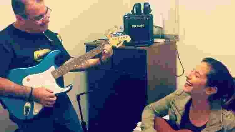 Meu pai e eu, em 2016, quando ele comprou a guitarra - Arquivo Pessoal