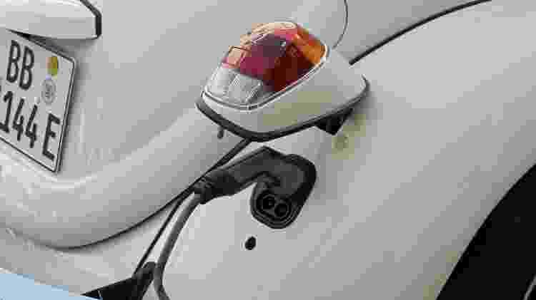 Bocal para encaixar cabo do carregador fica dentro da lanterna direita; autonomia chega a 200 km - Divulgação