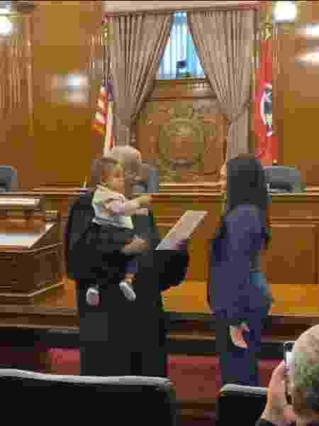 Juiz segura bebê de advogada enquanto ela prestava juramento - Reprodução/Twitter