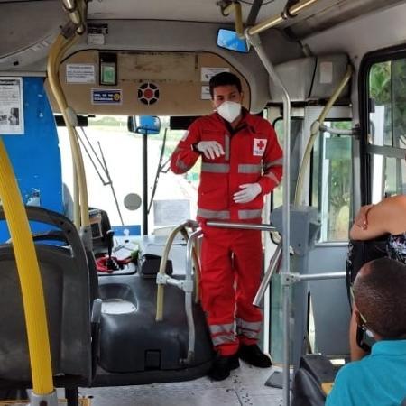 Voluntário da filial da Cruz Vermelha no Rio Grande do Norte explica como usuários de transporte público podem se proteger do vírus - Divulgação Cruz Vermelha