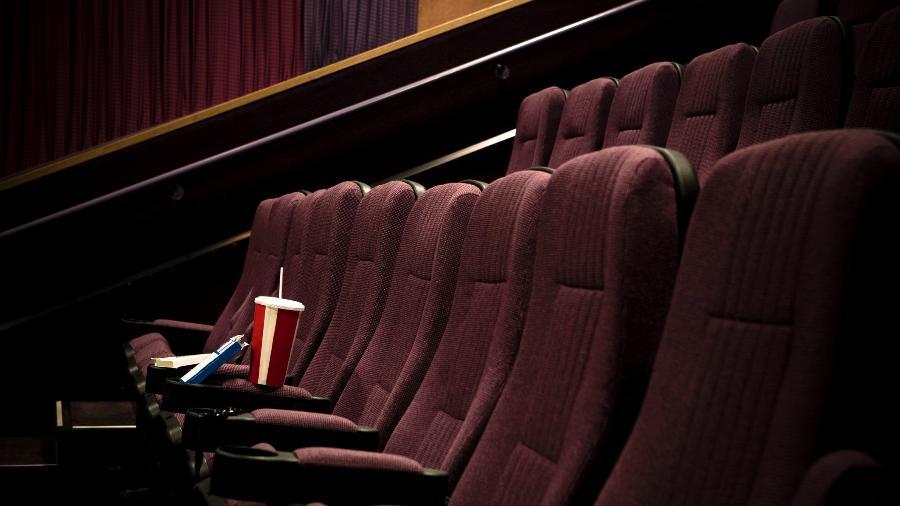 Imagem de pipoca em poltrona vazia do cinema - Heath Korvola/Getty Images/DigitalVision