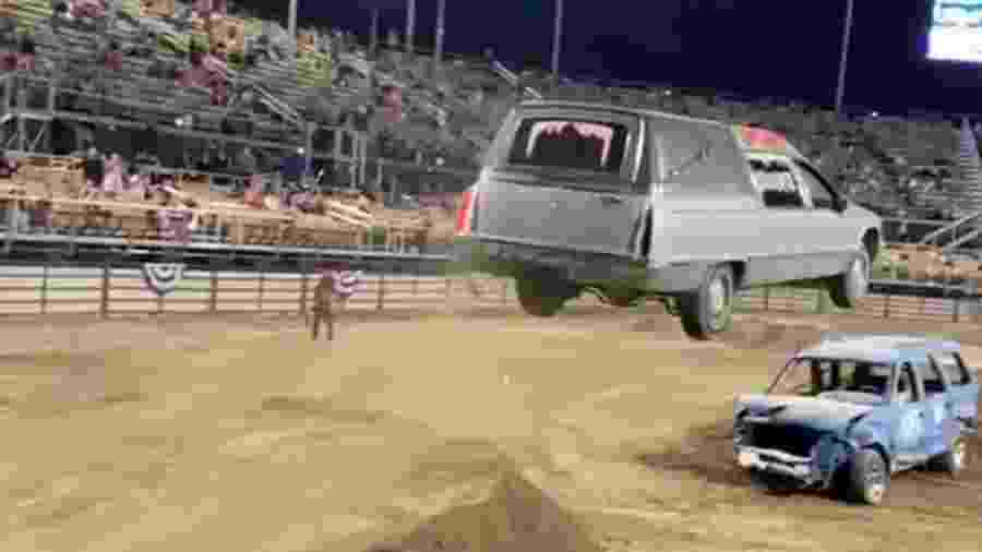 Cadillac Hearse pula SUV destruída - Reprodução