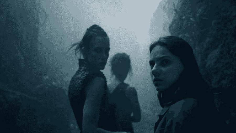"""Lyra (Dafne Keen, à dir.) confraterniza com bruxas no trailer de """"His Dark Materials"""" - Reprodução/YouTube"""
