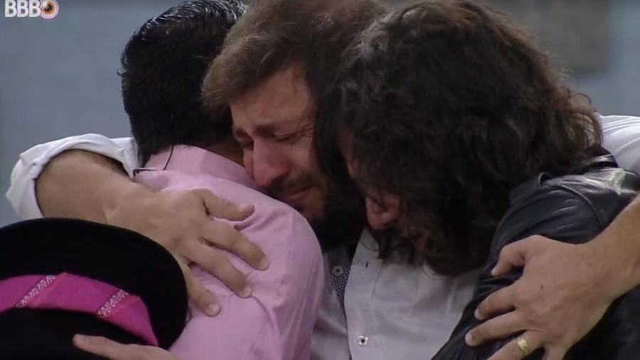 BBB 21: Emparedados, Caio, Fiuk e Gil se abraçam na noite de eliminação - Reprodução/ Globoplay