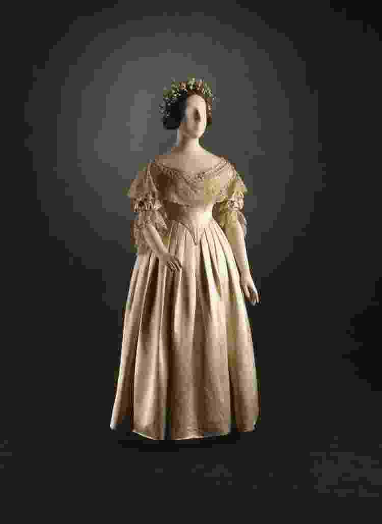 Vestido original usado por Rainha Vitória para o seu casamento; a cor amarelada do tecido se deu em consequência do tempo de armazenamento - Reprodução - Reprodução