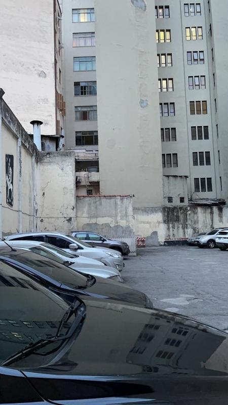 sacada-do-ator-do-sbr-e-proxima-a-um-muro-1631914400435_v2_450x1 Polícia encontra possível rota de fuga em apartamento de ator do SBT morto