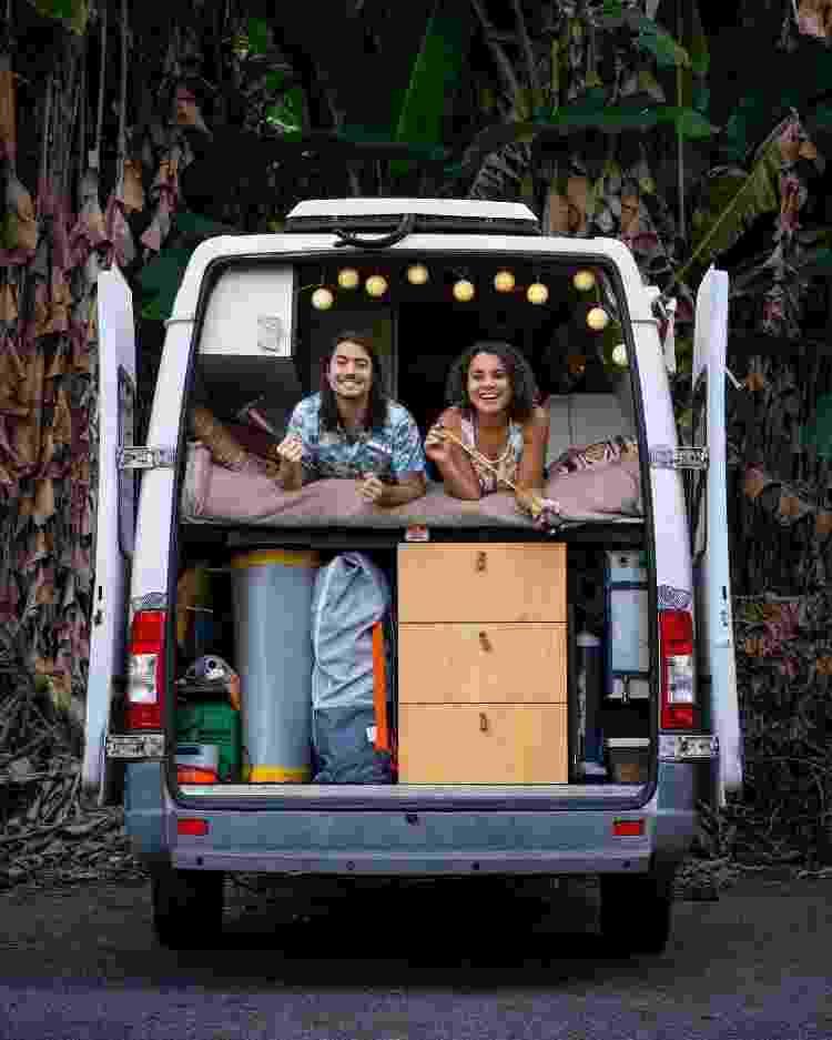 O casal dentro do furgão de 6 m², que os acompanha durante as viagens - Reprodução/Facebook - Reprodução/Facebook