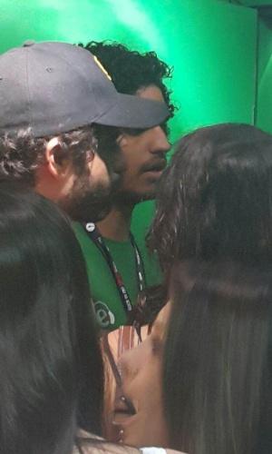 26.set.2015 - Guilherme Winter e Giselle Itié (de costas) exibiram clima de intimidade no Rock in Rio e trocaram beijos em camarote
