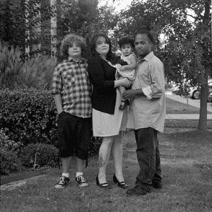 """Em entrevista ao """"The Huffington Post"""", a fotógrafa contou que resolveu criar a série quando fotografava um casal interracial e a mãe da menina comentou que eles escutavam comentários preconceituosos à respeito da relação deles. """"Vadias como você são o motivo da gente não encontrar um bom homem negro"""", escutou o casal da imagem - Reprodução/Donna Pinckley"""