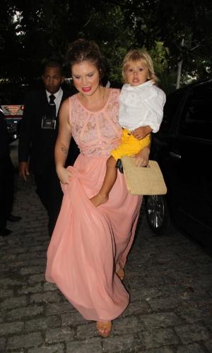 6.dez.2015 - A atriz Carolinie Figueiredo chega com o filho Theo ao casamento de Sophie Charlotte e Daniel de Oliveira