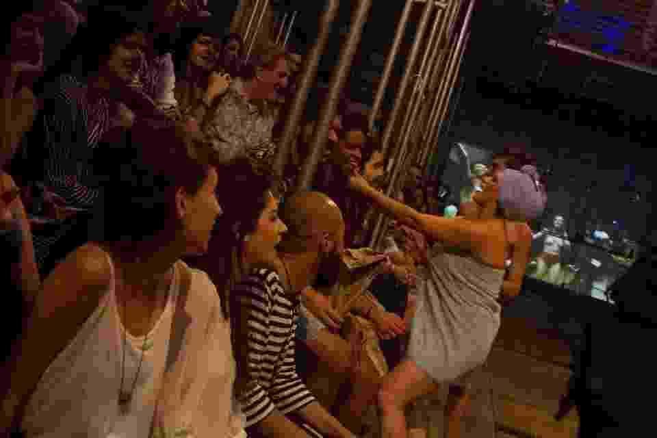 """Cena da peça """"Mistérios Gozósos"""", do Teatro Oficina, em São Paulo - Jennifer Glass/Fotos do Oficio/Divulgação"""