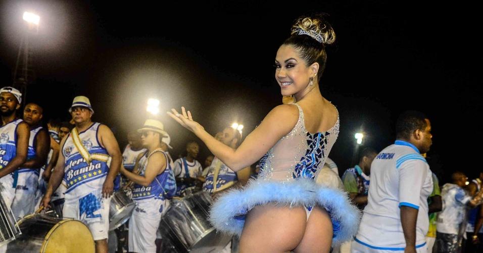 19.dez.2015 - A modelo Gil Jung samba vestida de bailarina durante ensaio técnico da Nenê de Vila Matilde. A escola vai homenagear a atriz Claudia Raia no desfile de 2016
