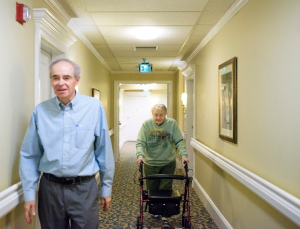 Allen, 71, e sua mãe, Hilda, 95, moram juntos em uma comunidade - NYT
