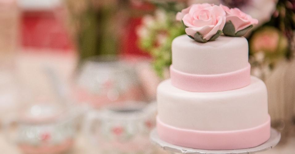 Outro bolo menor também foi colocado na mesa do chá da tarde. O doce, feito pela Pink Cake Box, tinha sabor de baunilha e acabamento em pasta americana