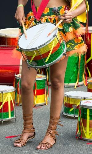 """07.fev.2016 - A """"bateria fulminante"""" fazendo os últimos ajustes para arrebentar no domingo de Carnaval."""