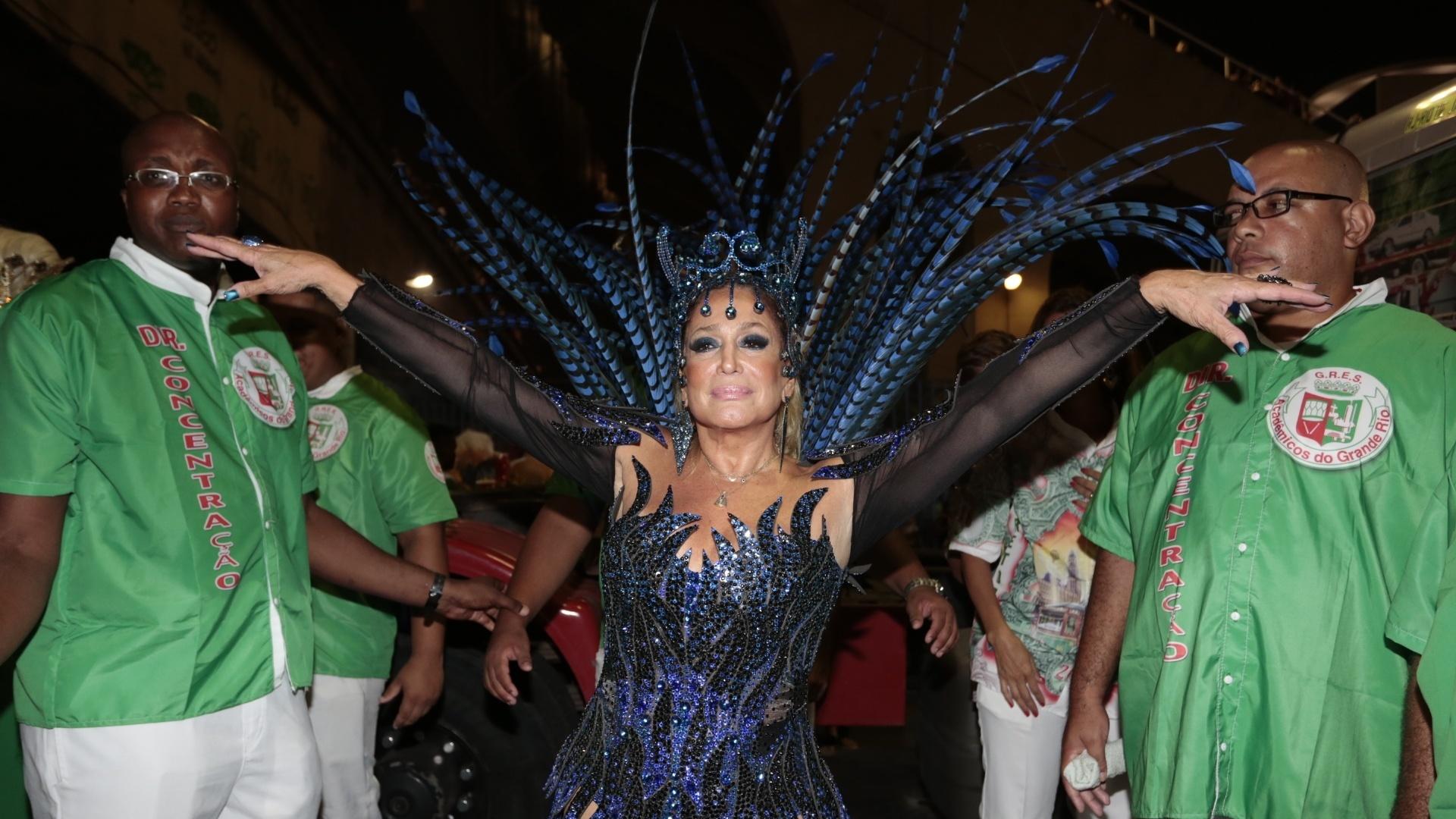 8.fev.2015 - Aos 73 anos, Susana Vieira se prepara para desfilar pela Grande Rio no primeiro dia do Carnaval do Rio de Janeiro