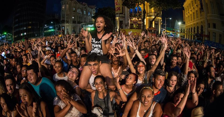 8.fev.2016 - O Rappa segura público no palco do Marco Zero até mais de 5h da manhã desta terça-feira (9), mesmo debaixo de chuva