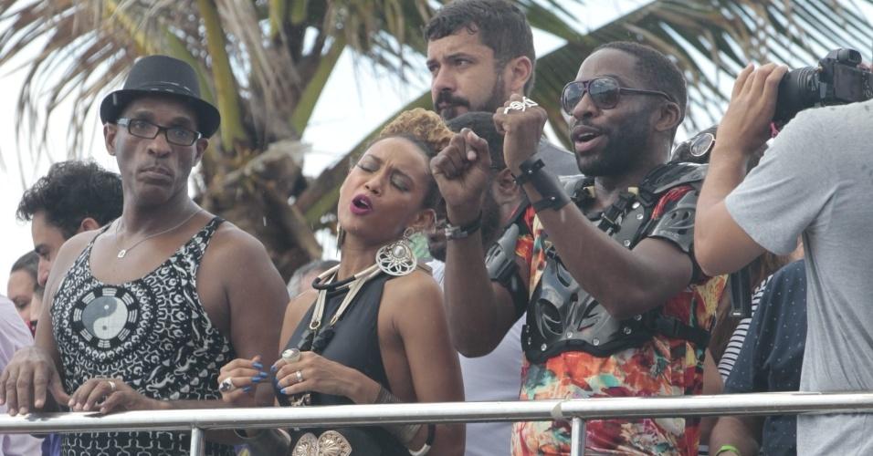 """10.fev.2016 - Lázaro Ramos e Taís Araújo dançam em cima do trio durante o Arrastão, que encerra oficialmente o Carnaval de Salvador. O casal gravou cenas para a série """"Mister Brau"""""""
