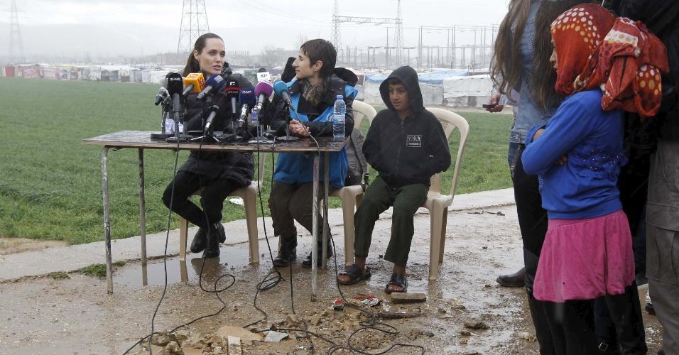 15.mar.2016 - Angelina Jolie visita campo de refugiados sírios em Bekaa, no leste do Líbano, e faz um chamado à comunidade internacional para que não fechem suas fronteiras nem diferenciem entre os refugiados para buscar soluções e