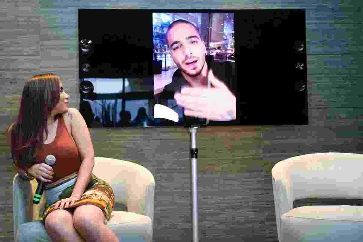 """27.jul.2016 - Anitta observa o cantor colombiano Maluma, que canta com ela em """"Sim ou Não"""" e enviou uma mensagem aos fãs brasileiros - Manuela Scarpa/Brazil News"""