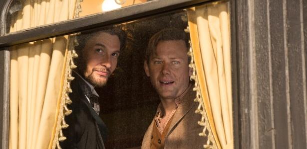 """William (Jimmi Simpson, à direita) é um dos poucos visitantes """"bonzinhos"""" no mundo de """"Westworld"""" - Divulgação/HBO"""