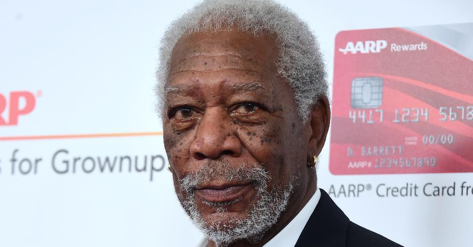 6.fev.2017 - O ator Morgan Freeman chega para o 16º AARP em Beverly Hills
