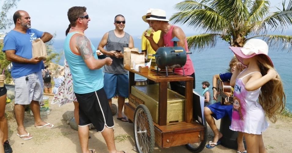 Barraquinha cheia com os clientes e amigos Marcelo Fernandes, Jefferson Santana e Julio de Oliveira; os filhos do ator Talita e João aparecem à direita